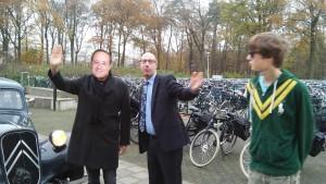 President Hollande zwaait naar het publiek, naast hem staat directeur onderwijs Zegert Vis